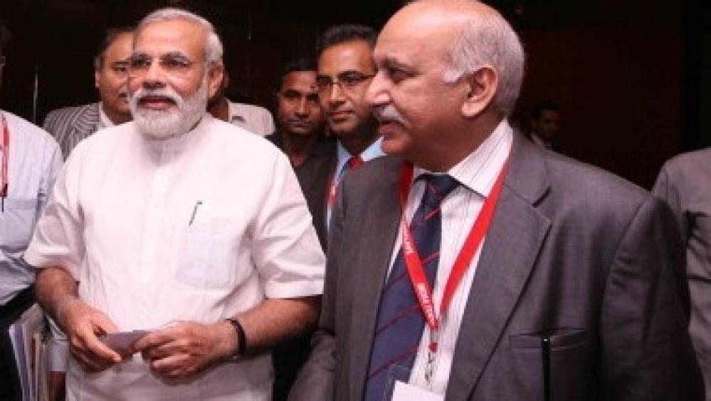 प्रधानमंत्री नरेंद्र मोदी और विदेश राज्यमंत्री एम जे एकबर