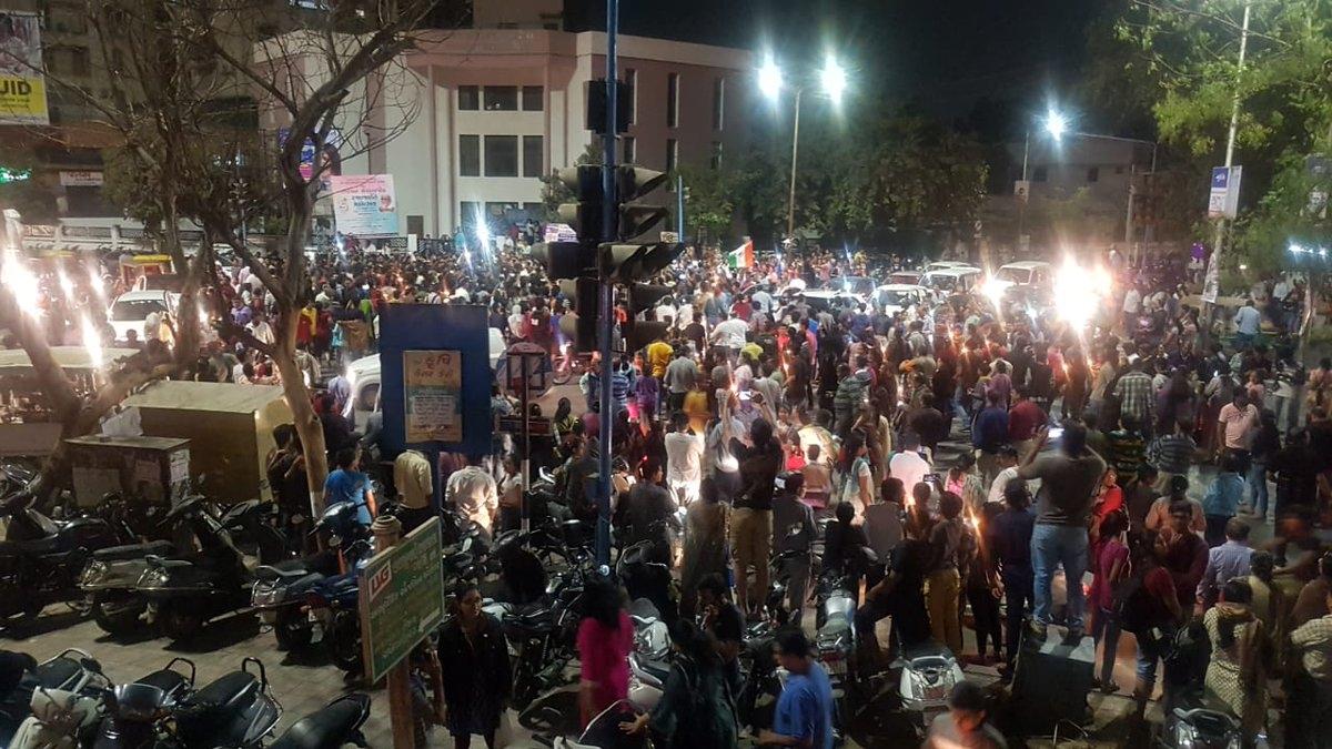 पुलवामा हमला: शहीदों को श्रद्धांजलि देने के लिए निकाले गए शोक मार्च के दौरान अहमदाबाद में पथराव और आगजनी