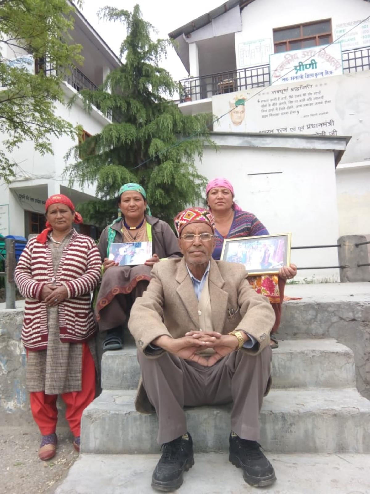 प्रीणी में अटल के बनवाए स्कूल के बाहर उनके साथ खिंचाई तस्वीर लिए गांववाले अपना दर्द बयां करते हुए