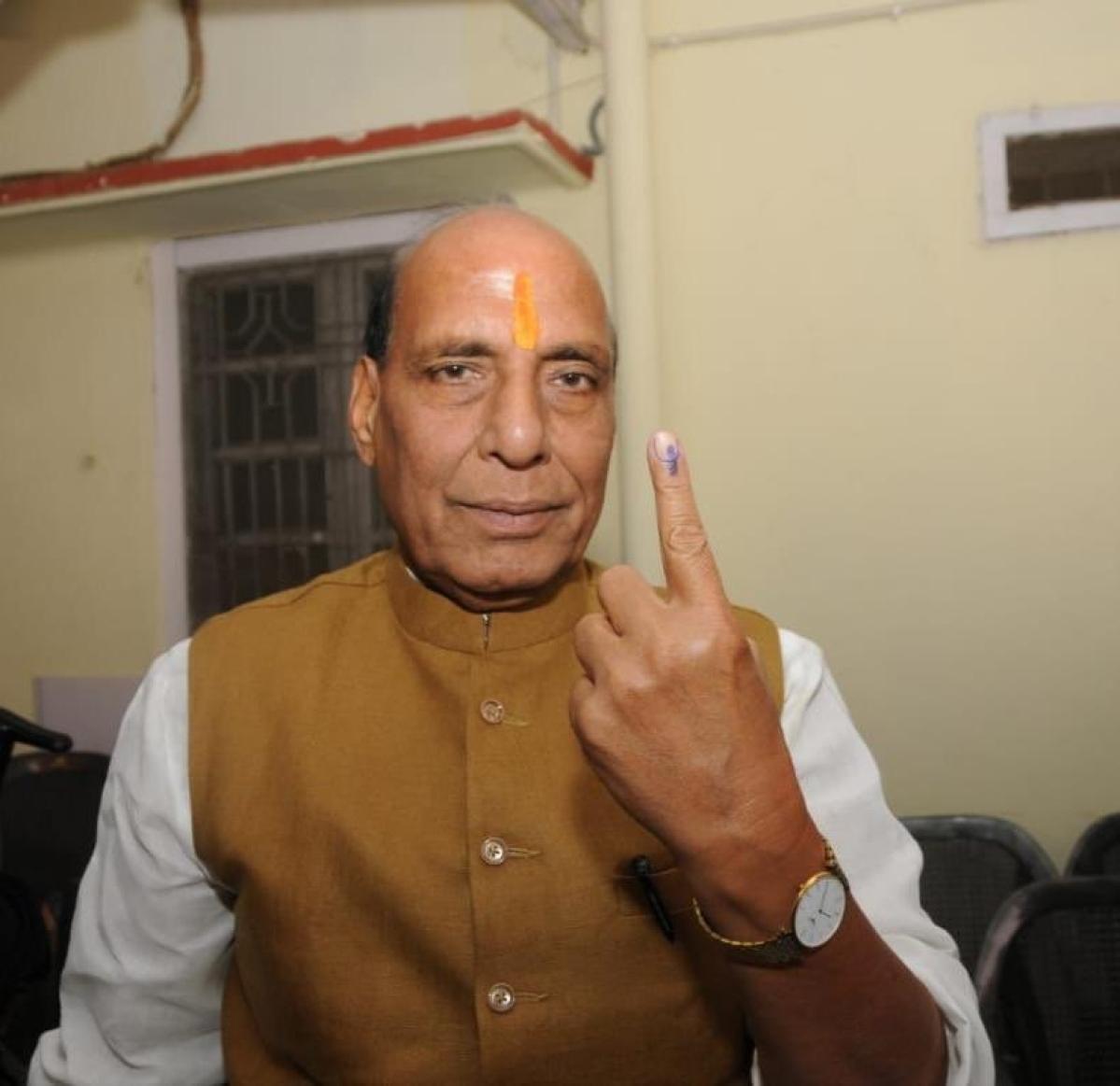 लोकसभा चुनाव: पांचवें चरण की 51 सीटों पर मतदान जारी, राजनाथ सिंह, मायावती समेत इन दिग्गजों ने डाला वोट