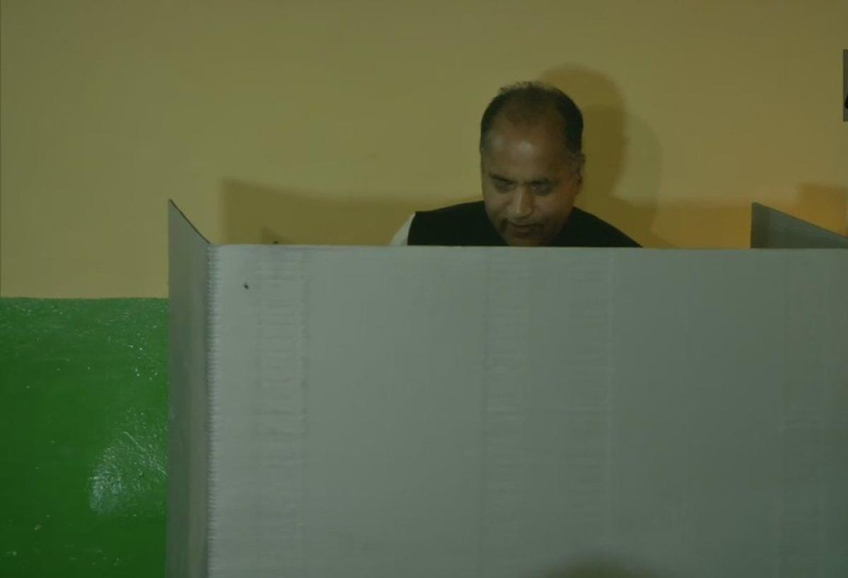 लोकसभा चुनाव: सातवें और आखिरी चरण की 59 सीटों पर मतदान जारी, कई दिग्गजों ने डाला वोट