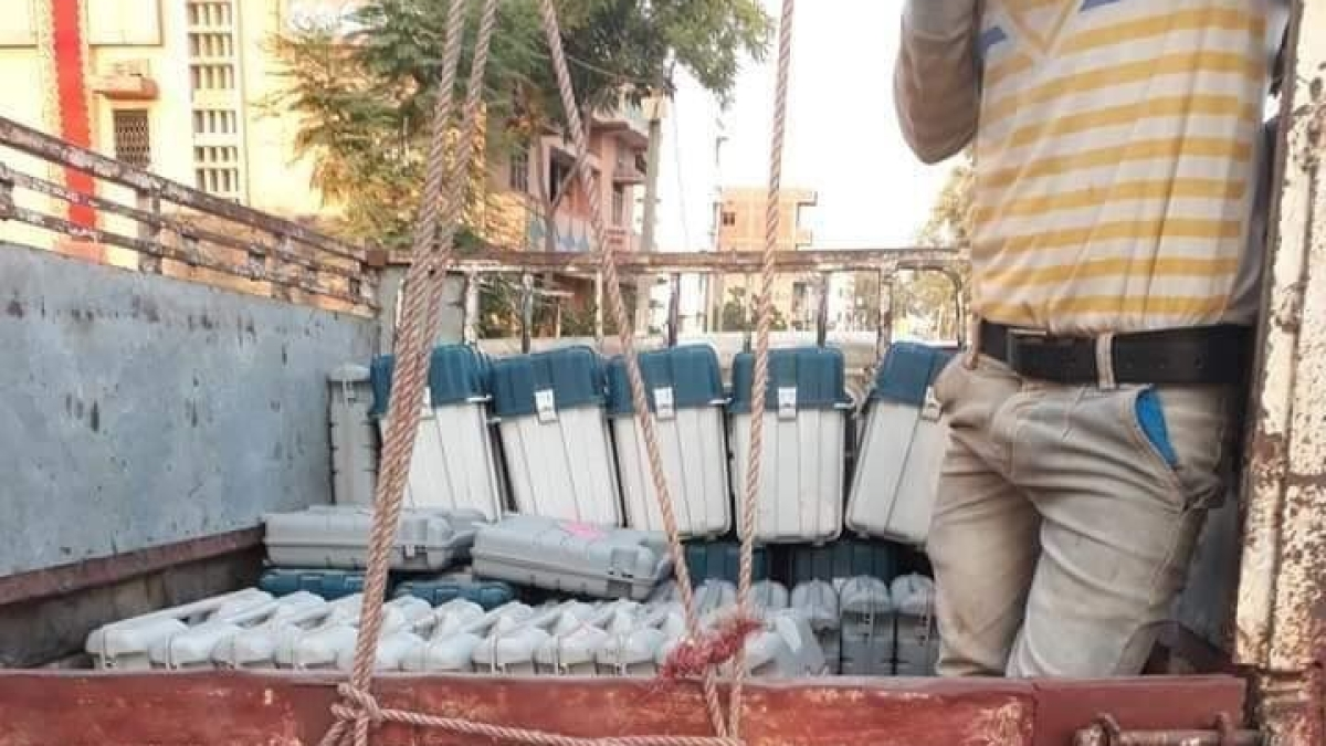 देश भर में  ईवीएम बदलने की कोशिश, बिहार-यूपी में पकड़े गए ईवीएम से भरे ट्रक, उम्मीदवारों का धरना, देखें वीडियो