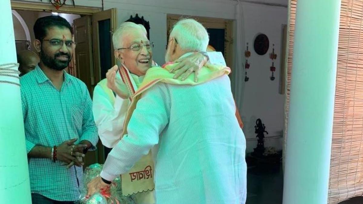 दिल्ली में जोशी और आडवाणी से मिले पीएम मोदी, गले मिले, दिल मिला क्या?