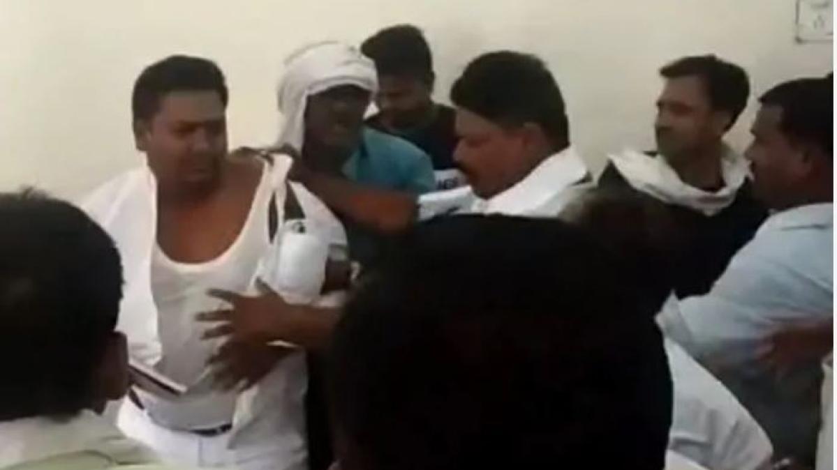 लोकसभा चुनाव में हार पर चल रही थी समीक्षा बैठक, पार्टी कार्यकर्ताओं ने नेताजी को दौड़ा-दौड़ाकर पीटा, देखें वीडियो