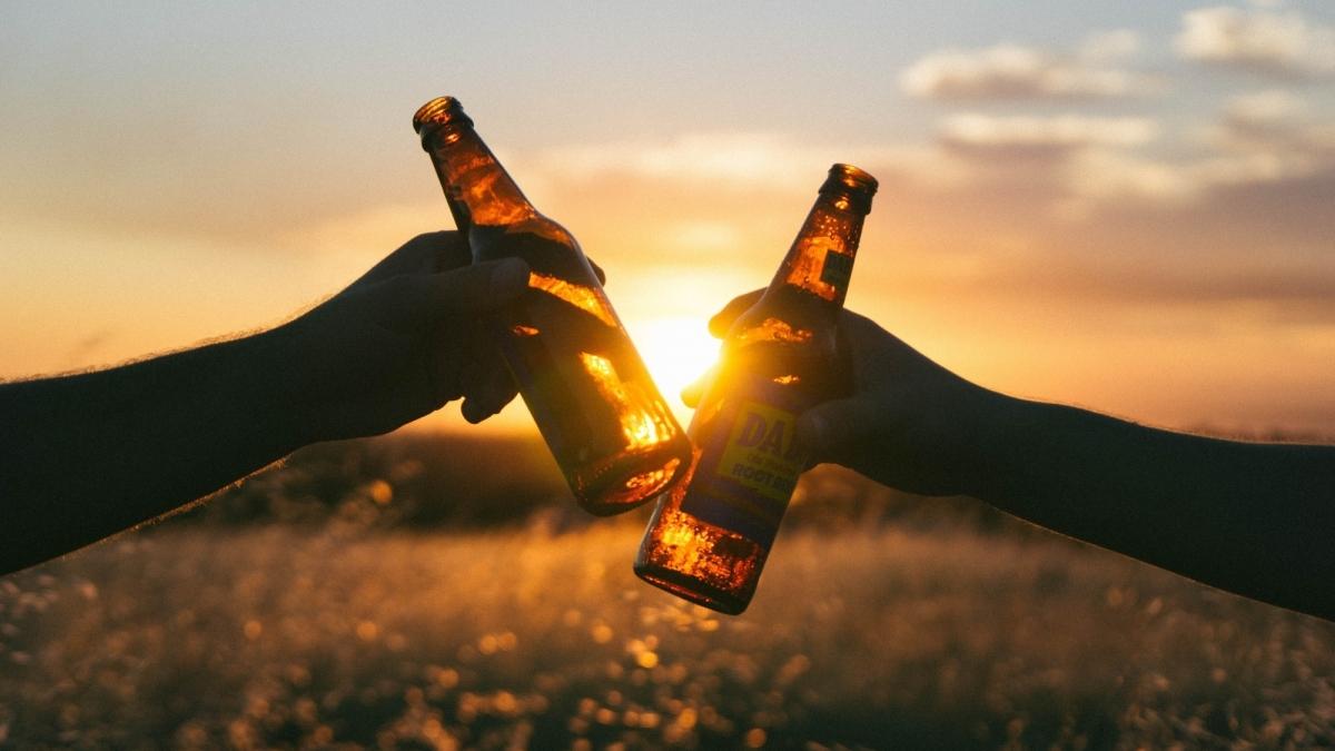बिहार में तालाब से निकली अंग्रेजी शराब की बोतलें और केन बीयर, देखती रह गई पुलिस