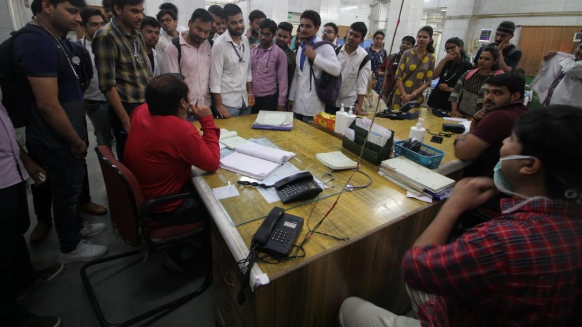 नवजीवन बुलेटिन: मारपीट के विरोध में हिंदु राव के डॉक्टर हड़ताल पर, मरीज हलकान, इस समय की 4 बड़ी खबरें