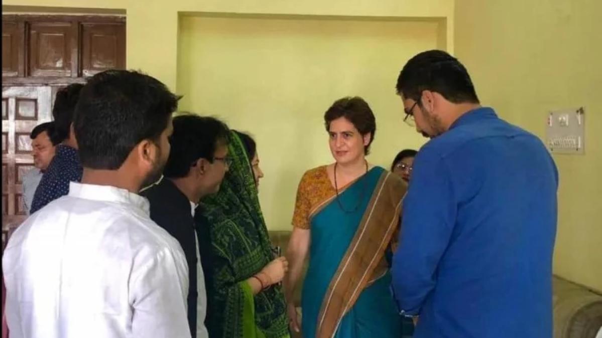 कांग्रेस महासचिव प्रियंका पहुंचीं रायबरेली, पूर्व विधायक अखिलेश सिंह को दी श्रद्धांजलि