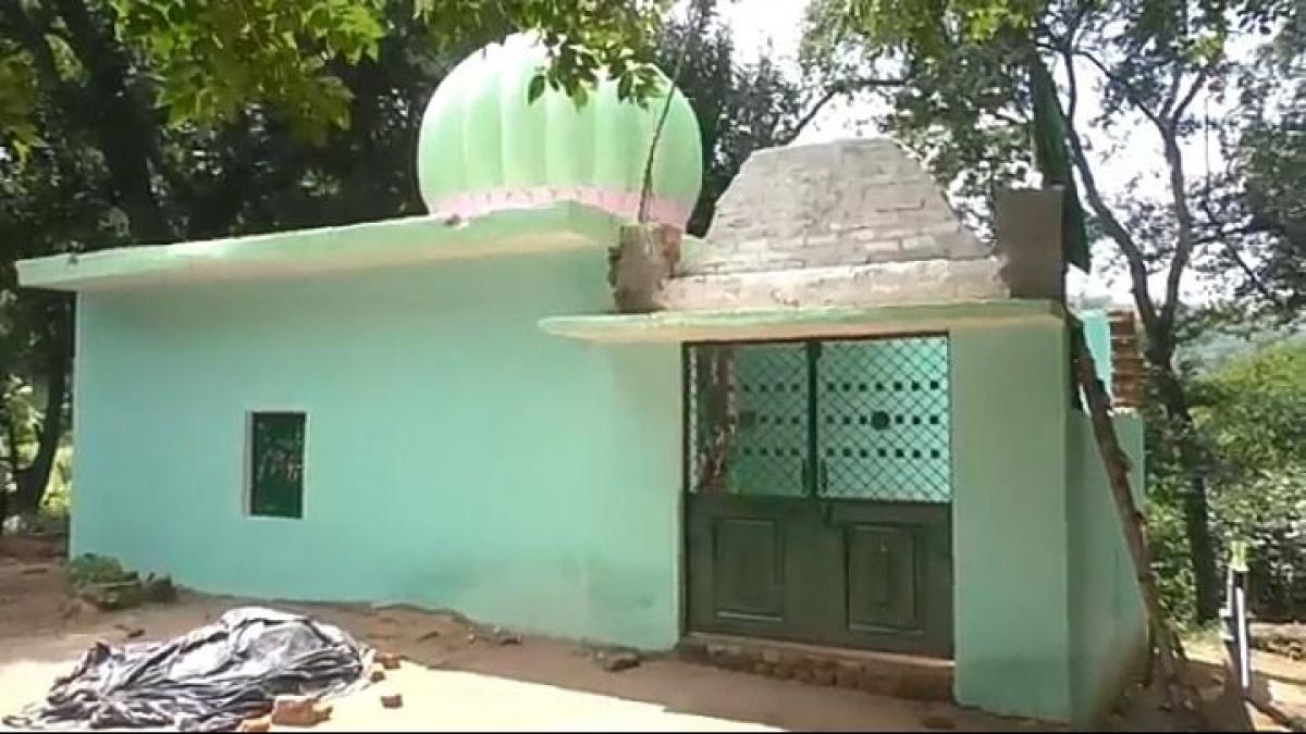 मिसाल : बीजेपी विधायक की शिकायत पर वन विभाग की टीम तोड़ने आई मजार तो हिंदू  बनकर खड़े हो गए दीवार