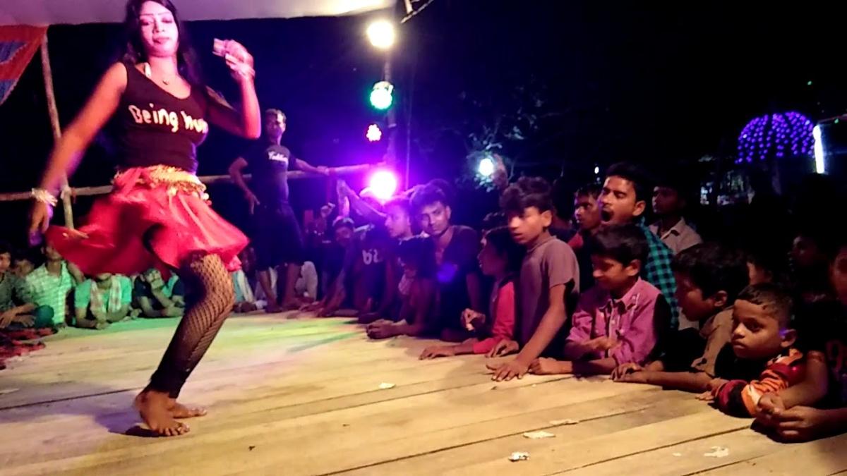 बिहार में बार बालाओं के डांस के दौरान मस्ती में पिस्तौल लहराने लगे ऑन ड्यूटी एएसआई, वीडियो वायरल