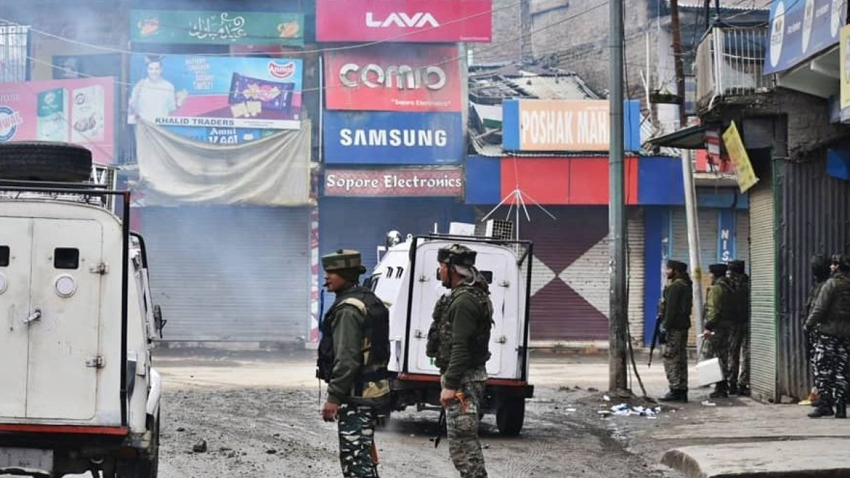 जम्मू-कश्मीर: अनंतनाग में डीसी ऑफिस पर आतंकियों का ग्रेनेड से हमला, 10 से ज्यादा लोग घायल, सर्च ऑपरेशन जारी