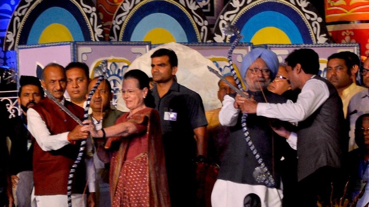बड़ी खबर LIVE: दिल्ली की रामलीला में शामिल हुए सोनिया गांधी और मनमोहन सिंह, तीर से किया रावण का वध