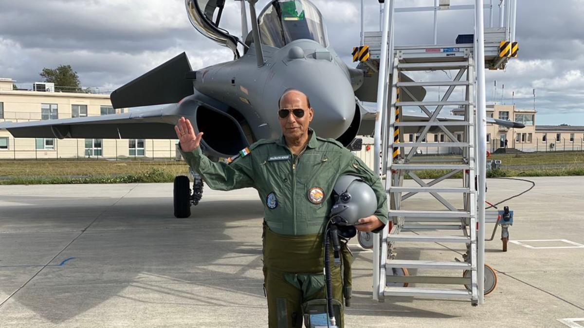 रक्षा मंत्री ने सिर्फ प्रतीकात्मक डिलीवरी ली राफेल की, असली लड़ाकू भारत आने में अभी लगेगा 8 महीने का वक्त