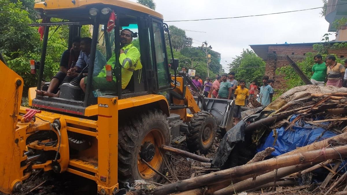 बाढ़ से बेहाल पटना में नीतीश सरकार ने झुग्गियों पर चलवा दिया बुलडोज़र, सैकड़ों झुग्गीवासी बेघर