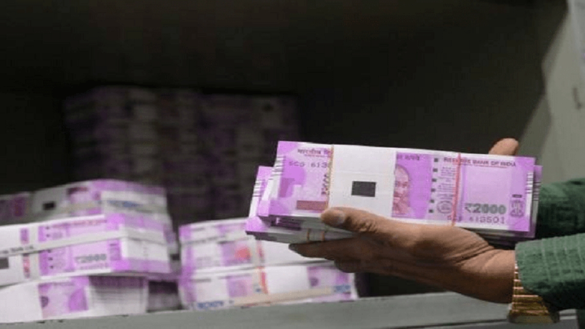 गुजरात के मंदिर में खुलेआम छप रहे थे नकली नोट, सवा करोड़ के फर्जी नोट के साथ पुजारी समेत 5 गिरफ्तार