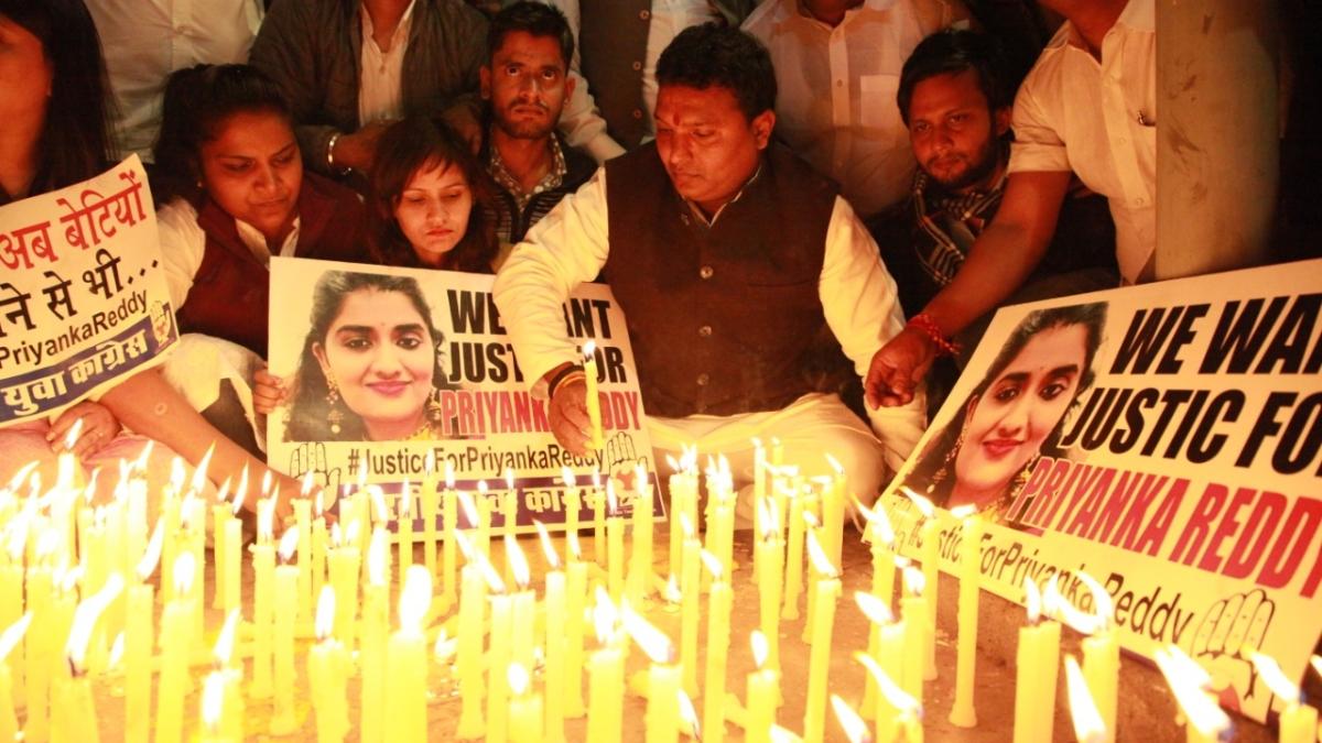 हैदराबाद गैंगरेप के खिलाफ आम लोगों से लेकर बॉलीवुड तक में उबाल, दिल्ली में सड़कों पर उतरी यूथ कांग्रेस