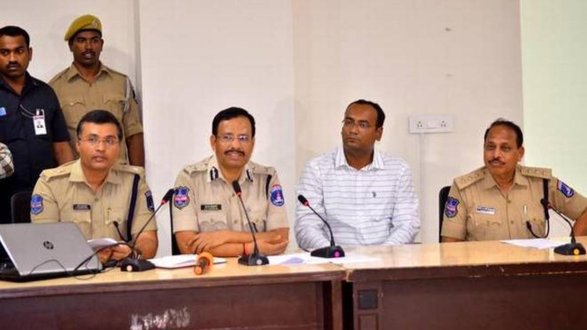 बड़ी खबर LIVE: हैदराबाद गैंगरेप के 72 घंटे बाद जागी सरकार, एक्शन के नाम पर 3 पुलिसकर्मी सस्पेंड
