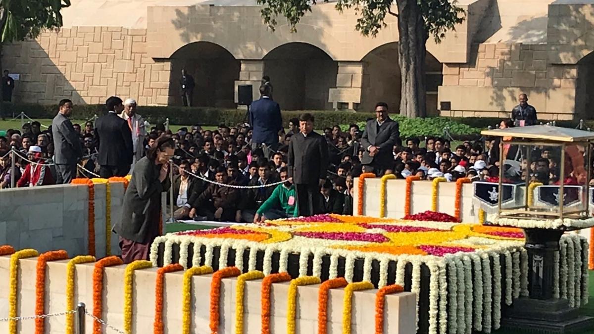 महात्मा गांधी की पुण्यतिथि: पीएम मोदी, सोनिया गांधी, मनमोहन सिंह समेत कई नेता पहुंचे राजघाट, बापू को दी श्रद्धांजलि