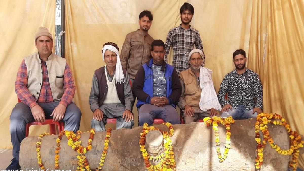 उत्तर प्रदेश में लाठी से  'तोप' की रखवाली, खेत में मिली ब्रिटिश कालीन तोप शासन को देने से लोगों का इनकार