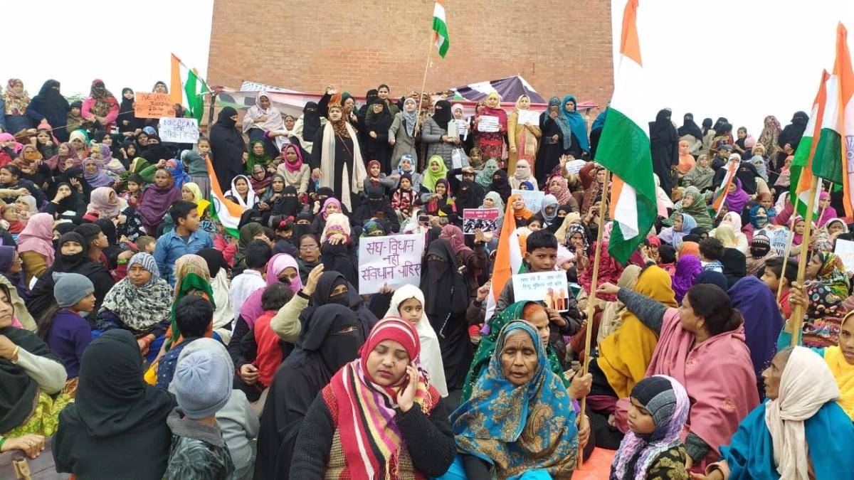 CAA: प्रदर्शन खत्म कराने के लिए योगी सरकार का हथकंडा, महिला बोली- ठंड में कंबल चुराए, अब गर्मी में छाते छीन रहे