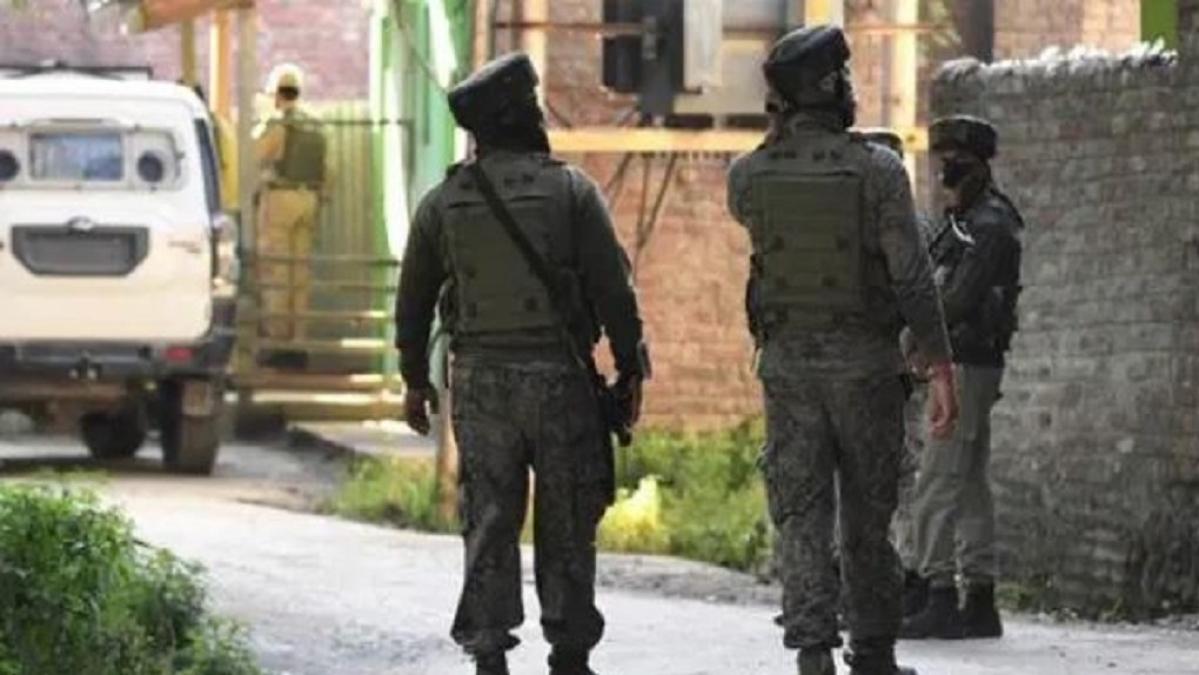 जम्मू-कश्मीर: अनंतनाग में सुरक्षा बलों से मुठभेड़ में लश्कर के दो आतंकी ढेर, हथियार और गोला-बारूद बरामद