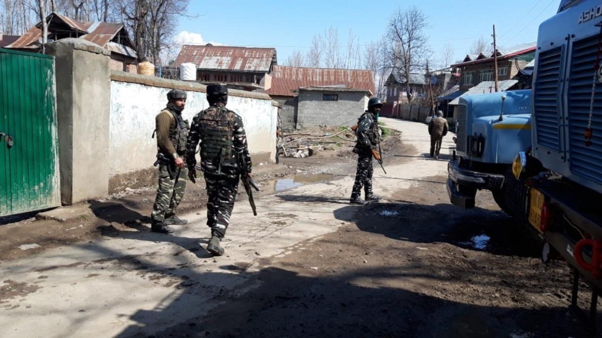 जम्मू-कश्मीर: अनंतनाग में सुरक्षा बलों से मुठभेड़ में चार आतंकी ढेर, हथियार और गोला-बारूद बरामद