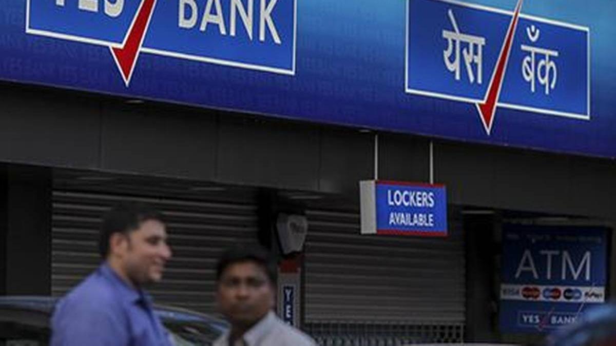 एक और बैंक संकट में, RBI ने यस बैंक पर लगाई पाबंदी, सिर्फ 50 हजार ही निकाल सकेंगे खाताधारक
