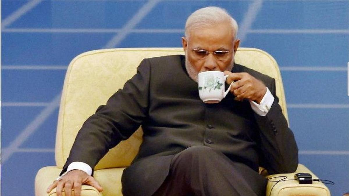 विष्णु नागर का व्यंग्यः सोशल डिस्टेंसिंग में मोदी जी भी खुद बनाते होंगे चाय, पर तारीफ करने वाला कोई नहीं होगा!