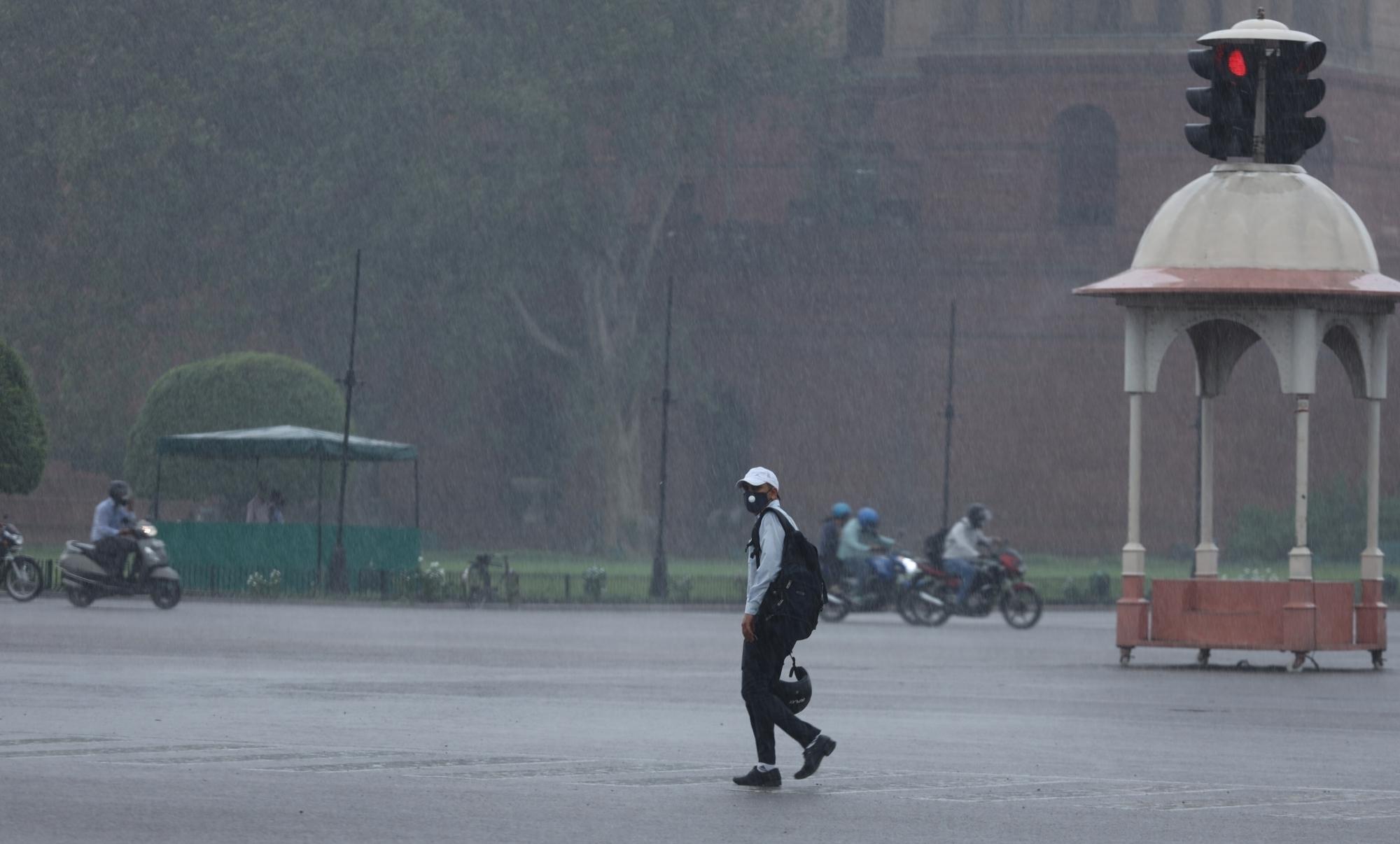 बारिश के बाद दिल्ली में गर्मी से राहत, देश के कई हिस्सों में बाढ़ के हालात, जानें मौसम का हाल