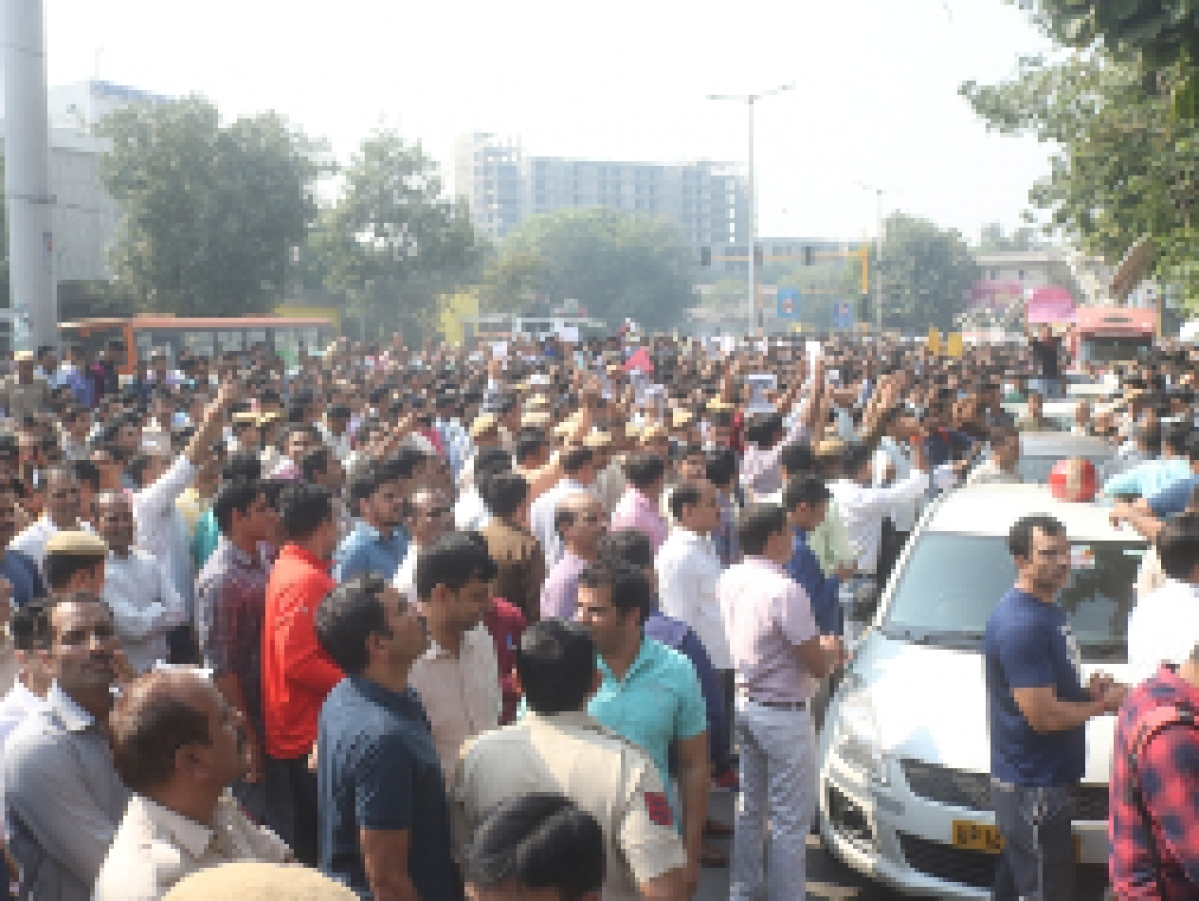 Delhi Police personnel staging a demonstration outside the Police Headquarters at ITO in the national capital against assaults on their colleagues by lawyers, in New Delhi on November 5, 2019. (Photo: IANS)