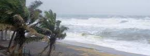 Cyclone strikes Kerala TN coasts