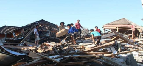 Indonesia earthquake: Strong aftershock amid rescue efforts