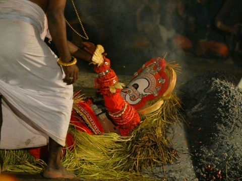 Carnivalesque theyyam mesmerises hundreds at Ivarmadhom crematorium