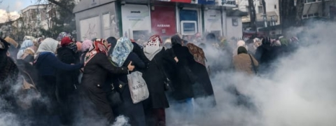 Turkish police use tear gas against women demonstrators