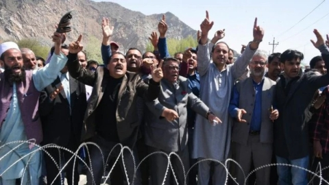 NC, PDP take out protest rallies to defy ban on civilian traffic on Kashmir highway