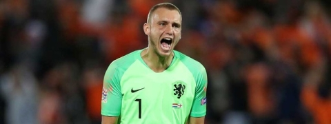Valencia signs goalkeeper Cillessen from Barcelona