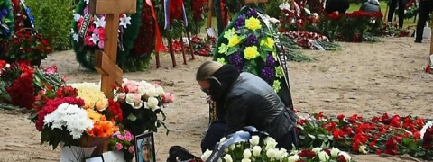 Russia buries naval crew killed in nuclear sub fire