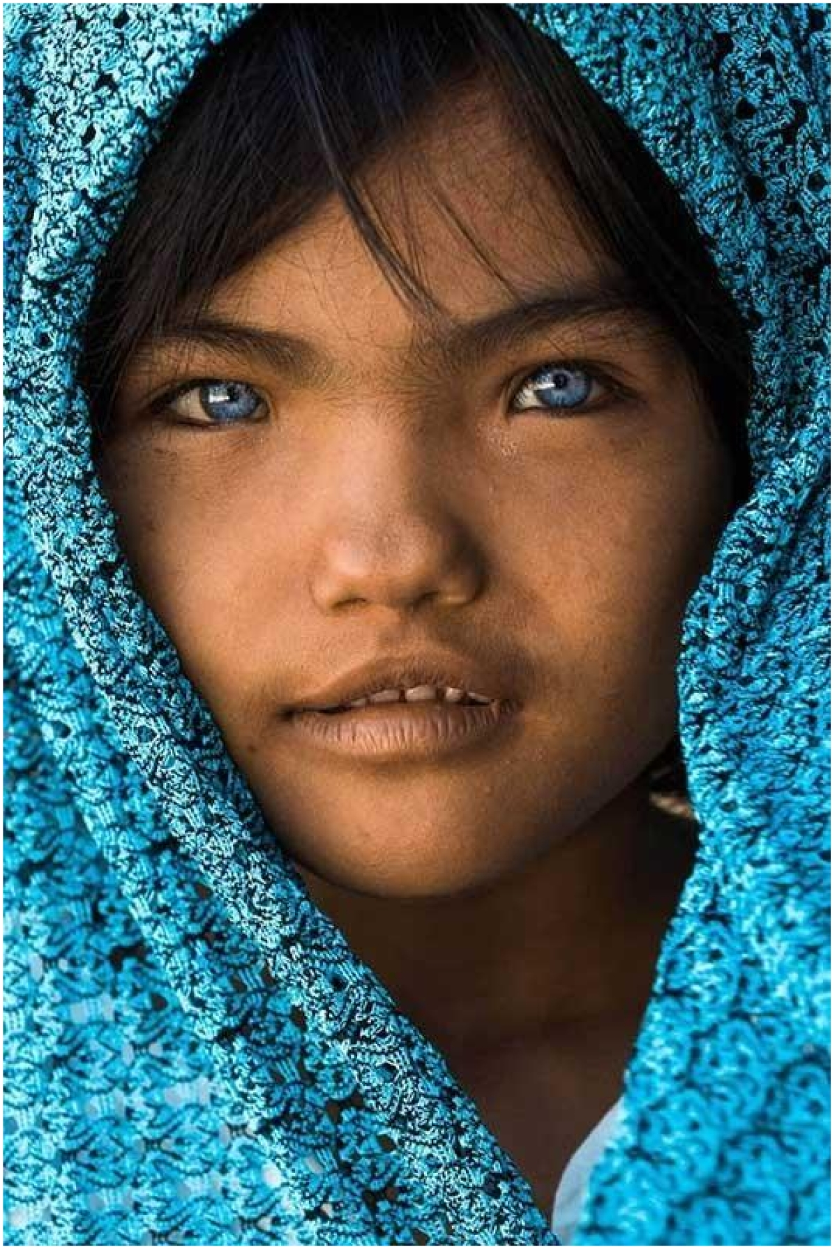 An Phuoc – As the girl is wearing a scarf/hood similar to her distinct eye color, it adds visual interest taking the viewer's attention back to the face.
