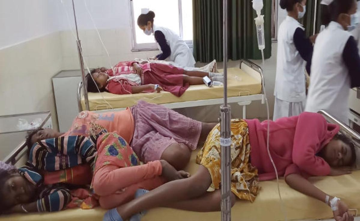 झारखंड के कस्तूरबा स्कूल में 400 छात्राएं बीमार, 150 की हालत गंभीर, एक बेड पर तीन-तीन मरीज