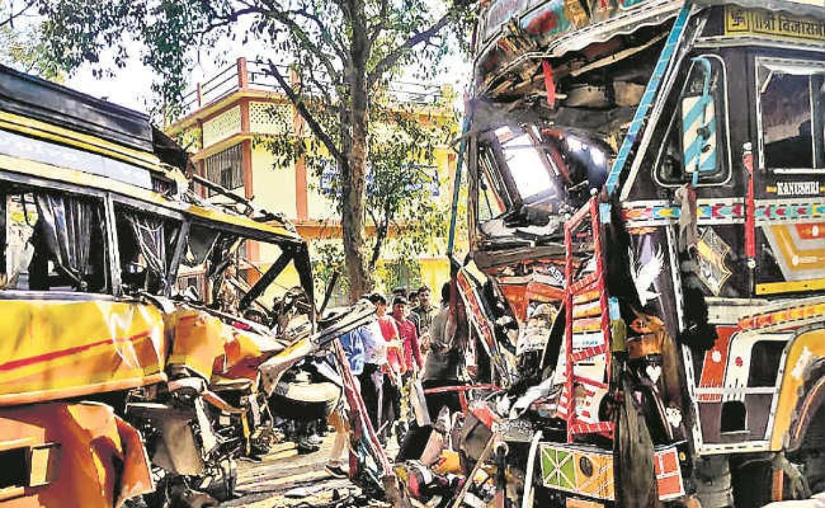 खूंटी : बस ने ट्रक में मारी टक्कर, महिला समेत दो यात्री की मौत, 24 घायल