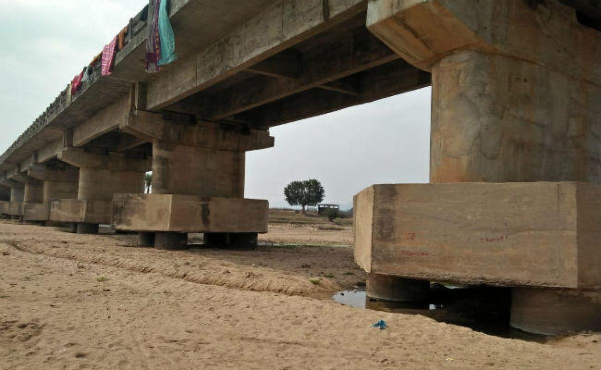 लातेहार : कभी भी गिर सकता है औरंगा नदी पर बना पुल, अवैध बालू उठाव से पीलर कैप क्षतिग्रस्त