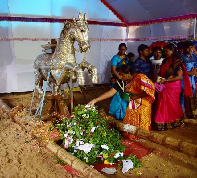 ترواننت پورم: پدنابھا پورم میں ہندو عقیدت مندگان نوراتر کے جلوس سے قبل چاندی کے گھوڑنے کی پوجا کرتے ہوئے