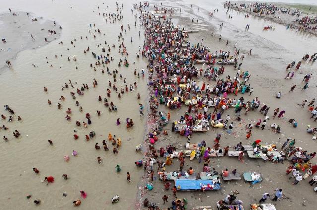 الہ آباد: نوراتروں کے پہلے دن ہندو عقیدت مند دریائے گنگا میں اسنان کرتے ہوئے