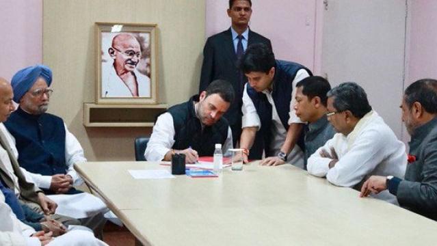 تصویر کاغذات نامزدگی پر دستخط کرتے راہل گاندھی