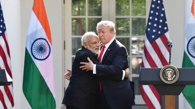 وہائٹ ہاؤس میں پہلی بار ٹرمپ سے ملاقات کے دوران انھیں گلے لگاتے ہوئے وزیر اعظم نریندر مودی