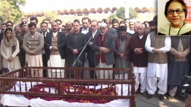 معروف سماجی کارکن اور سینئر وکیل عاصمہ جہانگیر کی نماز جنازہ بڑھتے لوگ، (انسیٹ میں عاصمہ جہانگیر)