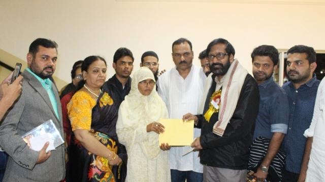 ملیالی مصنف کے. پی. رامااُنّی ساہتیہ اکادمی ایوارڈ کی انعامی رقم جنید کی ماں سائرہ بیگم کے سپرد کرتے ہوئے