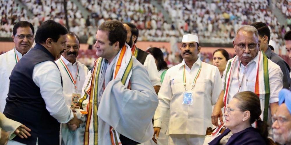 کانگریس کے 84ویں پلینری اجلاس کے ایک منظر میں کانگریس صدر راہل گاندھی، سابق کانگریس صدر محترمہ سونیا گاندھی، سابق وزیر اعظم منموہن سنگھ و دیگر