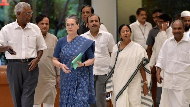 متعدد جماعتوں کے رہنماؤں کے ہمراہ یو پی اے کی چیر پرسن سونیا گاندھی