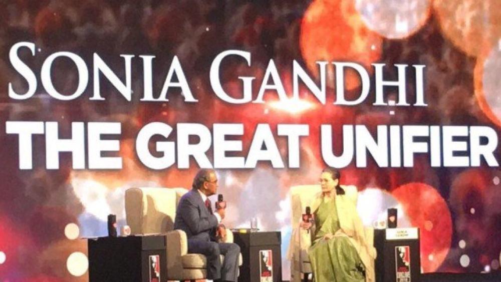 انڈیا ٹوڈے کے مدیر اعلیٰ ارون پوری کے سوالوں کا جواب دیتی ہوئیں سونیا گاندھی