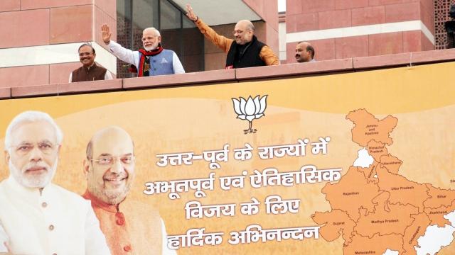 تریپورہ میں جیت کے بعد دہلی میں کارکنان کا استقبال کرتے وزیر اعظم مودی اور امت شاہ
